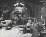 1959, Jan Goossen, assistent bij Wessel Couzijn voor de vervaardiging van 'Belichaamde Eenheid' voor Unilevergebouw. Bronswerkplaats. Photo Bram Wisman