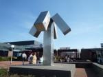 1975 plaatsing in Eindhoven. (ontwerp 1971), Jan Goossen, East Jesus County Revisited, roestvrij staal . Ir. Ottenbad Eindhoven. Ontwerp 1970. Zuil 370x80, kruisstuk 200x200x100. Photo Yvette Lardinois
