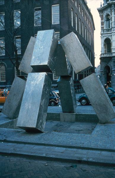 1976 (plaatsing), Jan Goossen, Spui, Amsterdam-centrum, roestvrijstaal, hoogte 4 meter. Verplaatst in 1987 naar entree Gaasperplaspark in Amsterdam