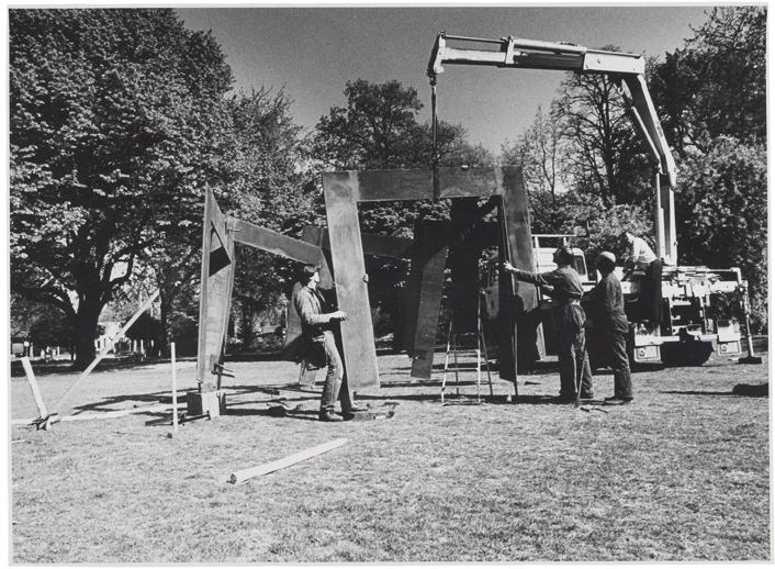 1982, Jan Goossen, plaatsing 'Septum' Stadswandelpark, Eindhoven. Photo Peter Cox