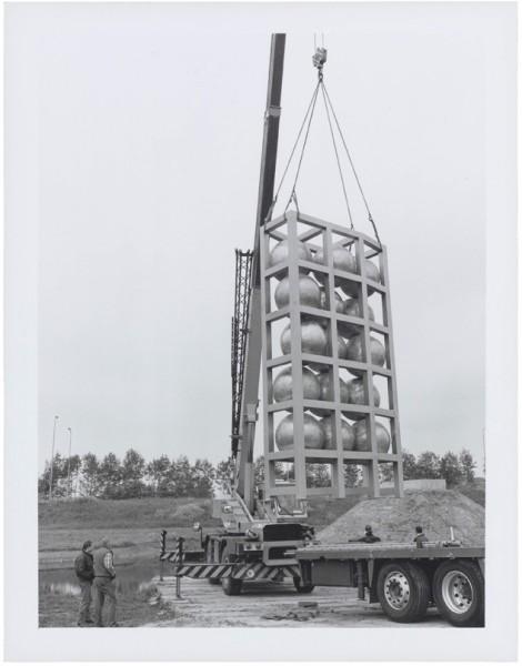 1994, Jan Goossen, plaatsing 'Maasbeeld' in Heusden. Photo Peer van der Kruis