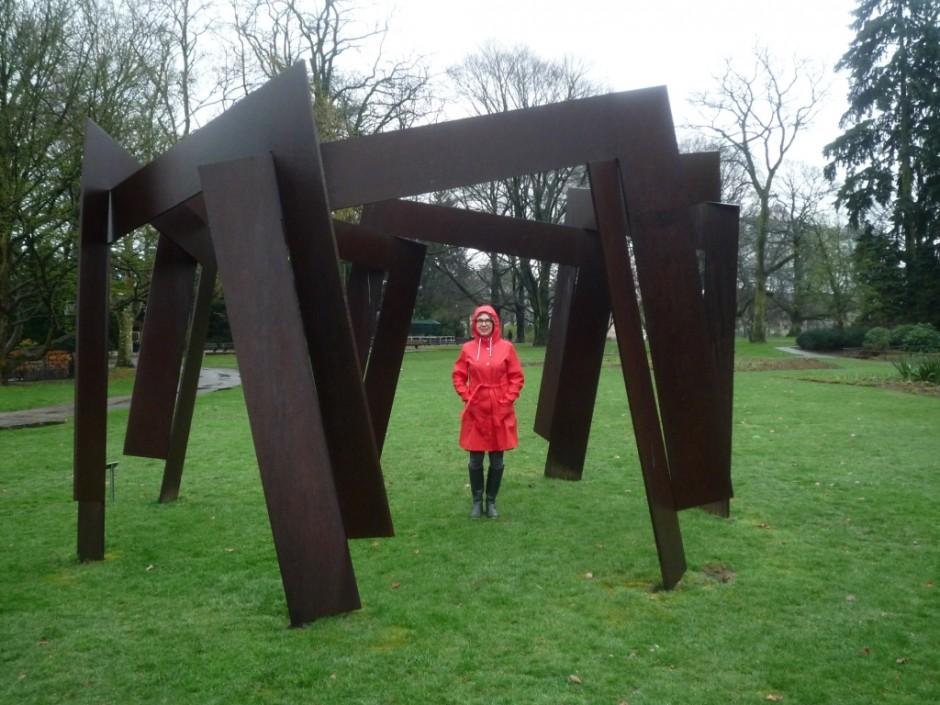 Yvette Lardinois bij kunstwerk van Jan Goossen, Eindhoven