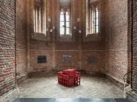 Jan Goossen, Casa de los Pensamientos Encarcelados, gepolychromeerd hout, 1991, 128 x 115 x 105 cm