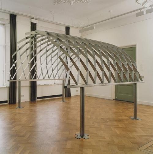 1994 Jan Goossen Boog roestvrijstaal 285 cm lengte x 250 cm hoogte (demontabel). Galerie Tegenbosch Heusden. Foto Martin Stoop